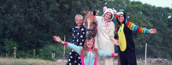 """Team """"onesie"""" tijdens de estafette activiteit op ponykamp"""